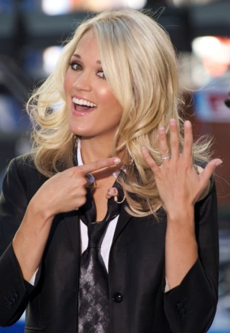Carrie Underwood\'s wedding ring is a simple diamond eternity band ...