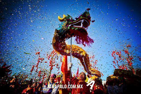 """Aunque para algunos es complicado entenderlo, según ese calendario, hemos llegado al año 4713. La celebración se da en distintas partes del mundo, pero en el Distrito Federal, comienza con una gran fiesta llamada """"El Festival de los Faroles"""". 3 días después, da paso el gran final con la danza de los leones y dragones, que es un recorrido de grandes botargas chinas manipuladas por cientos de personas, que nos hacen sentir como si estuviéramos rodeados de grandes monstruos chinos."""