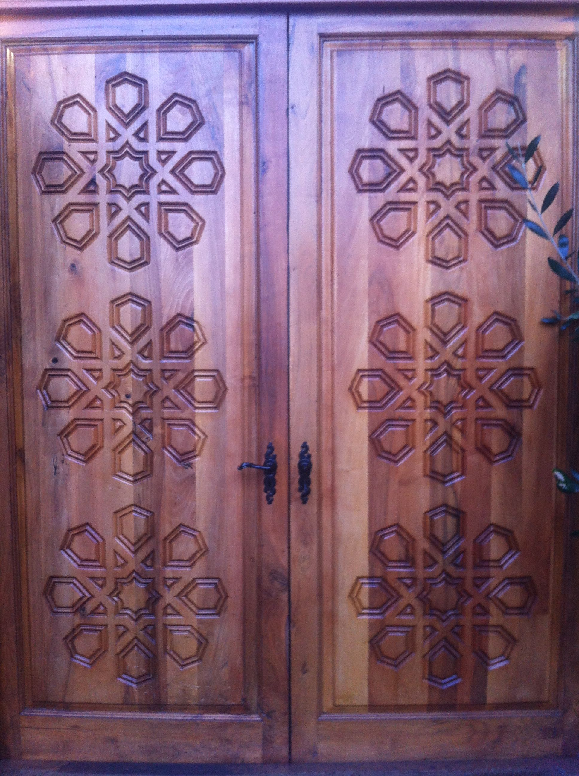 Hazevus restaurant front door wooden surface u carved design