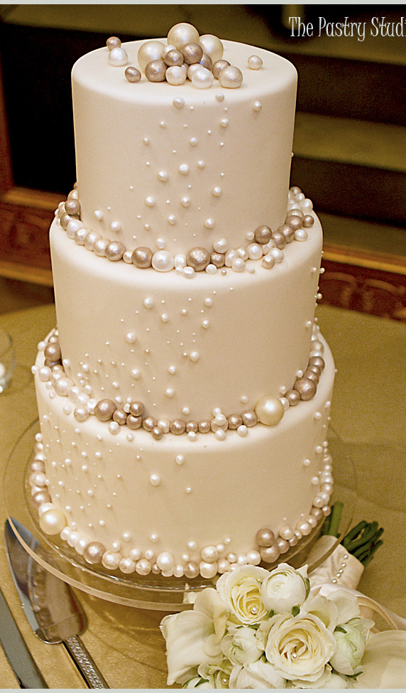 wedding cakes with diamonds and pearls bubbly wedding cake or kinda looks like pearls either 26019