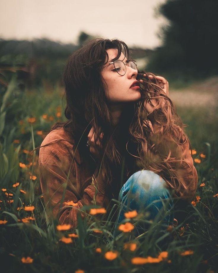 Frühling Foto Shooting Inspiration kreativ Blumen Blüten Natur Moody Model Frau Porträt #modellingphotography