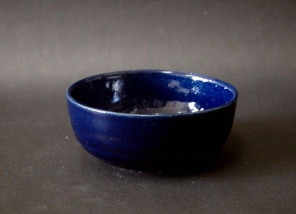 瑠璃の地に白萩をかけた中鉢です。ごはん茶碗としても煮物やお浸しなど使い道はいろいろです。サイズ 口径12.5㎝ 高さ5.5㎝ 重さ270g    |ハンドメイド、手作り、手仕事品の通販・販売・購入ならCreema。