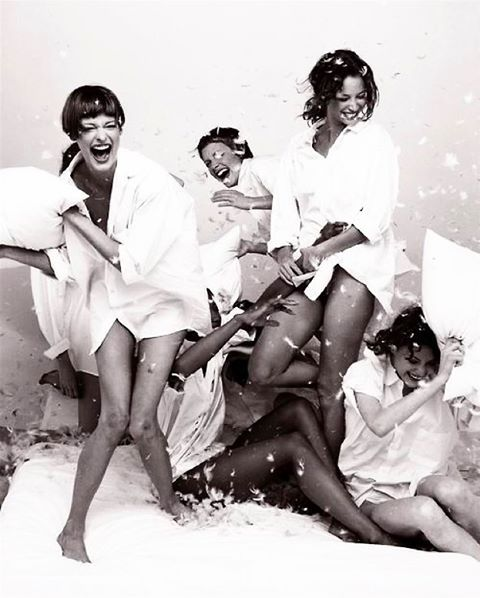 Supermodel pillow fight ☁️   #Mondaynight #YOLKEstyle #Vogue
