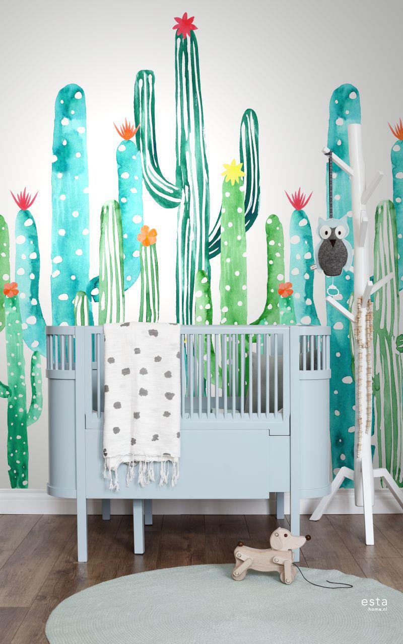 Dit hippe behang met aquarel geschilderde bloeiende cactussen in tropisch junglegroen en turquoise zorgt het hele jaar door voor een heerlijk vrolijke, tropische vibe in huis en past helemaal bij de tropische botanische look. Wil je de look compleet maken? Combineer dit behang dan met lichte kleuren, natuurlijke materialen en niet te vergeten: heel veel planten. #estahome #kidsroom #tropical #photowallsforkids #cacti