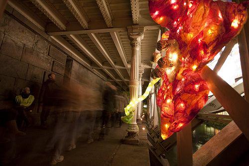 Ved Hausmanns Bru var veien langs Akserelva dekorert med glasskunst.