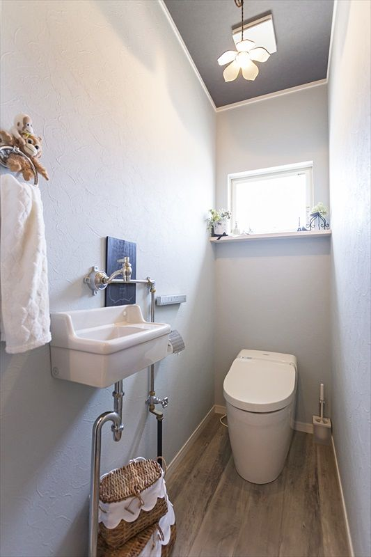 色と壁紙づかいがかわいい家 トイレ おしゃれ トイレ インテリア 家