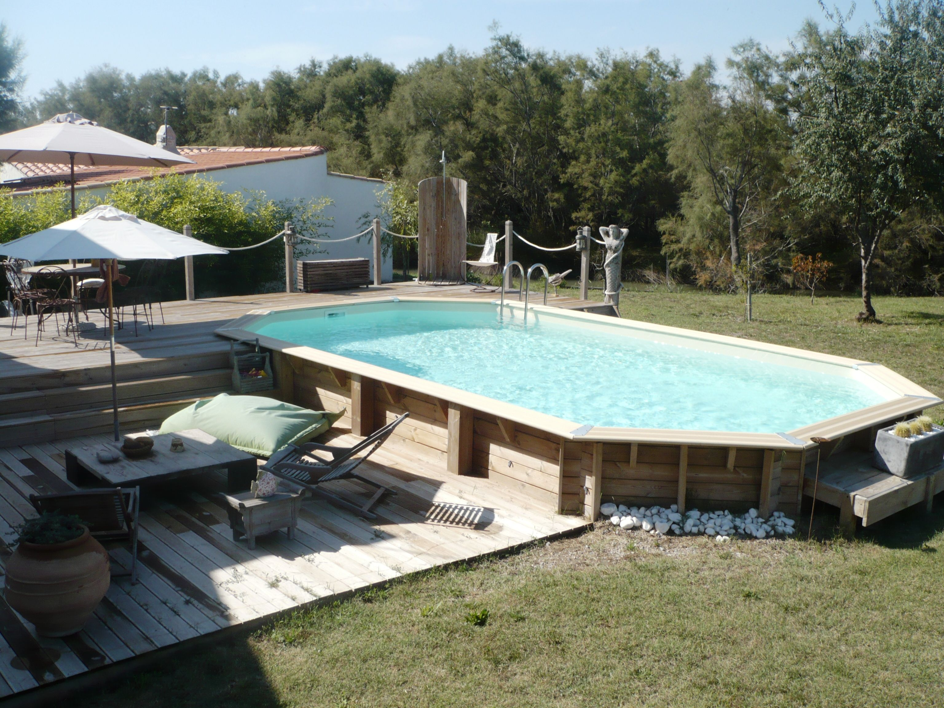 Piscine hors sol en bois semi enterr e avec sa terrasse et for Amenagement piscine hors sol photo