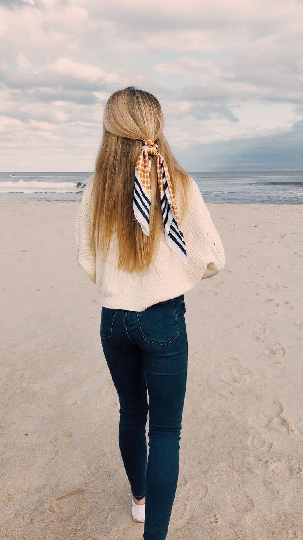 cremefarbener Pullover mit einem passenden Bandana aus marineblauem und orangefarbenem Haar. ... #dailydressme