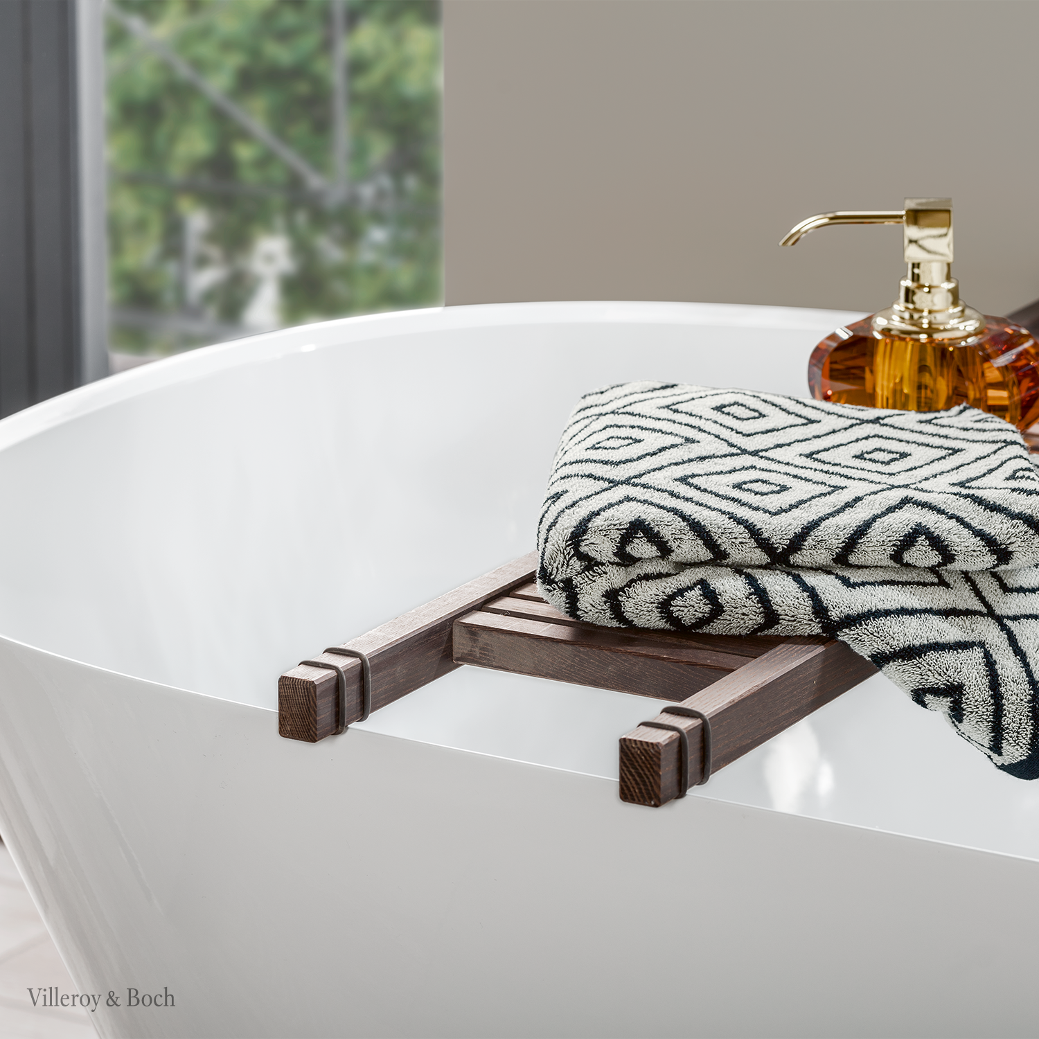 You Love The Idea Of Creating A Relaxing Wellness Atmosphere At Home A Freestanding Bathtub Including Necessary Spa Essantials Are The Per In 2020 Badewanne Handtucher