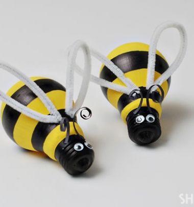 Upcycled lightbulb bumblebee - spring kids craft  // Villanykörte méhecskék - újrahasznosított izzókból // Mindy -  creative craft ideas // #újrahasznosítás #upcycle #repurpose #kidscraft #lightbulb #springcraft #tavaszidekoráció #kreatívötletek #gyerekeknek #méhecske #villanykörte