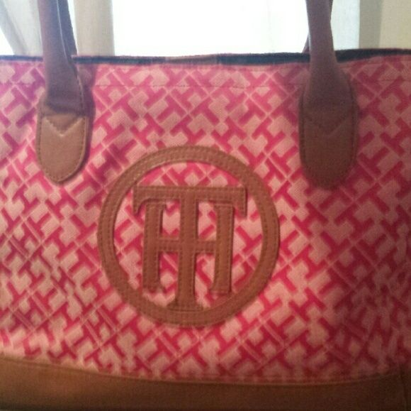 Like new Tommy Hilfiger purse Great condition! Medium size Tommy Hilfiger TH logo purse. Tommy Hilfiger Bags