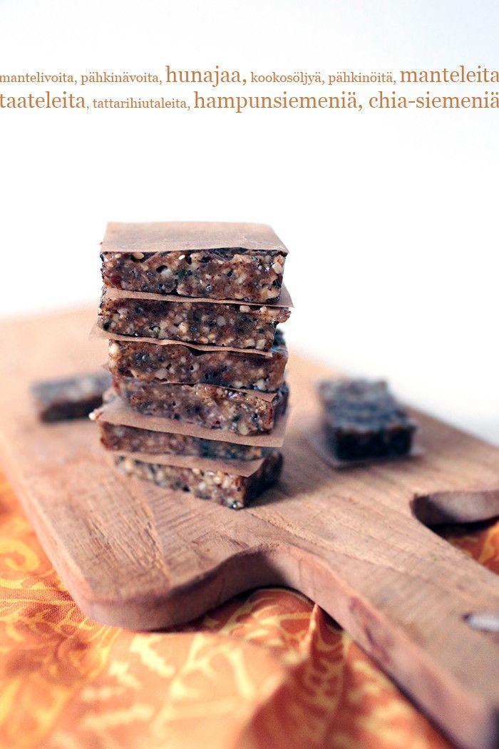 Energiapalat  1 dl makeuttamatonta pähkinä- tai mantelivoita, mieluiten raakaa 1 rkl hunajaa 1 rkl kookosöljyä 1,5 dl manteleita tai haluamiasi pähkinöitä 2 taatelia 2 rkl tattarihiutaleita 2 rkl hampunsiemeniä 1 rkl chia-siemeniä (voit käyttää myös muita siemeniä ja esimerkiksi kaurahiutaleita) + 1/2 tl aitovaniljajauhetta