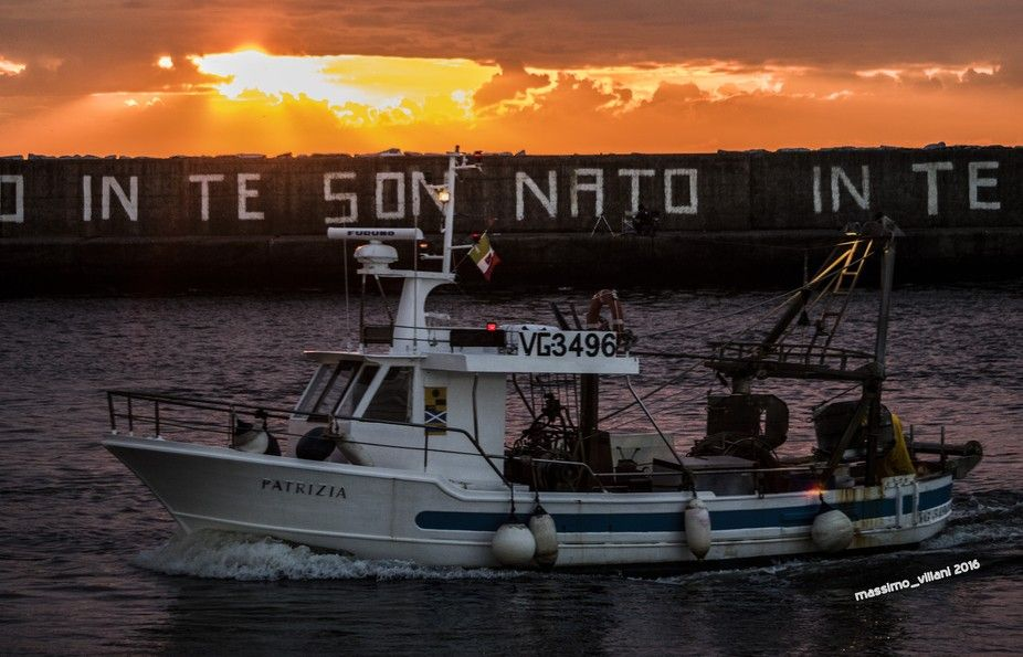 peschereccio al rientro al tramonto
