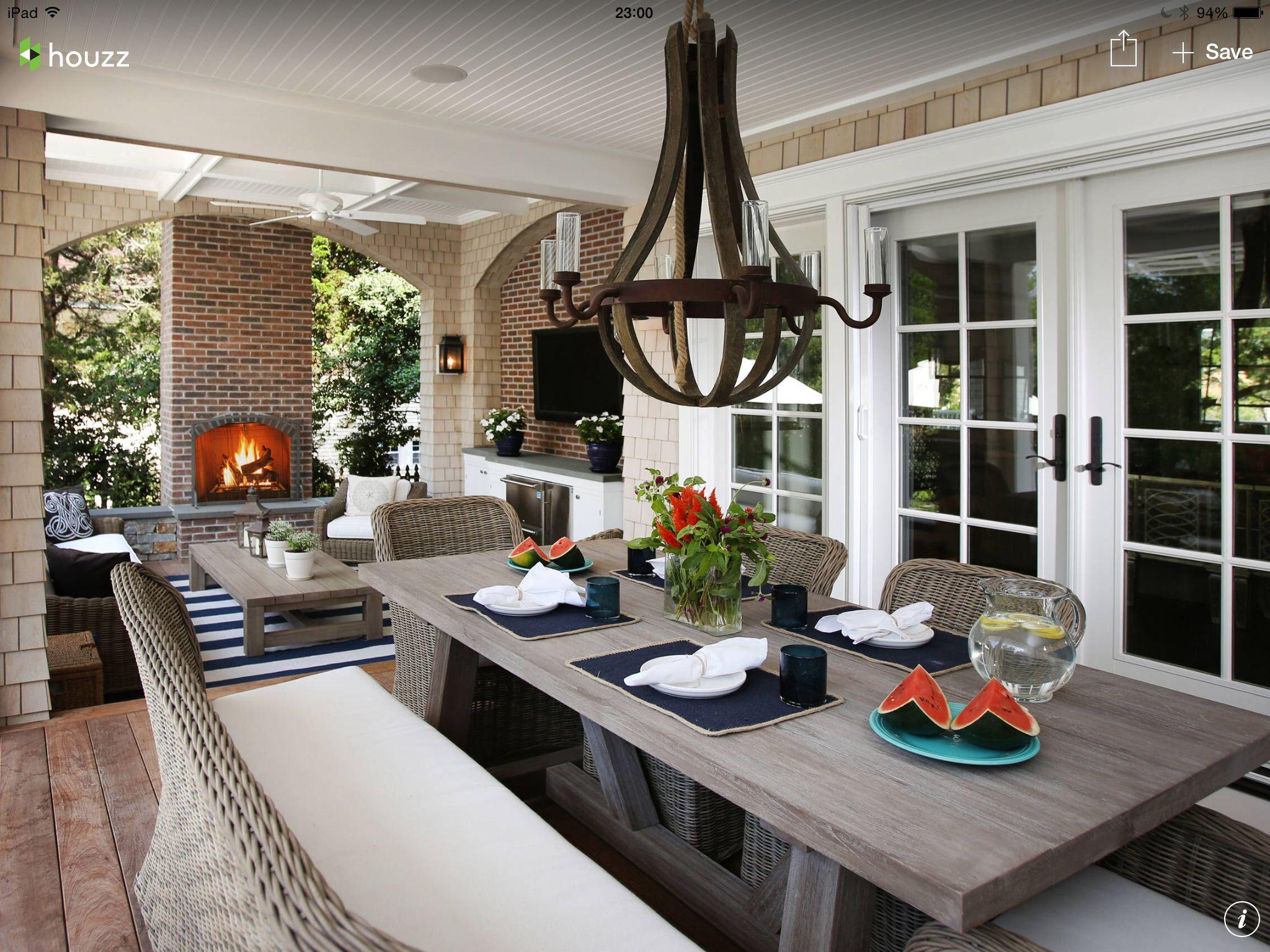 El candelabro, precioso confinado con los muebles en yute y la mesa ...