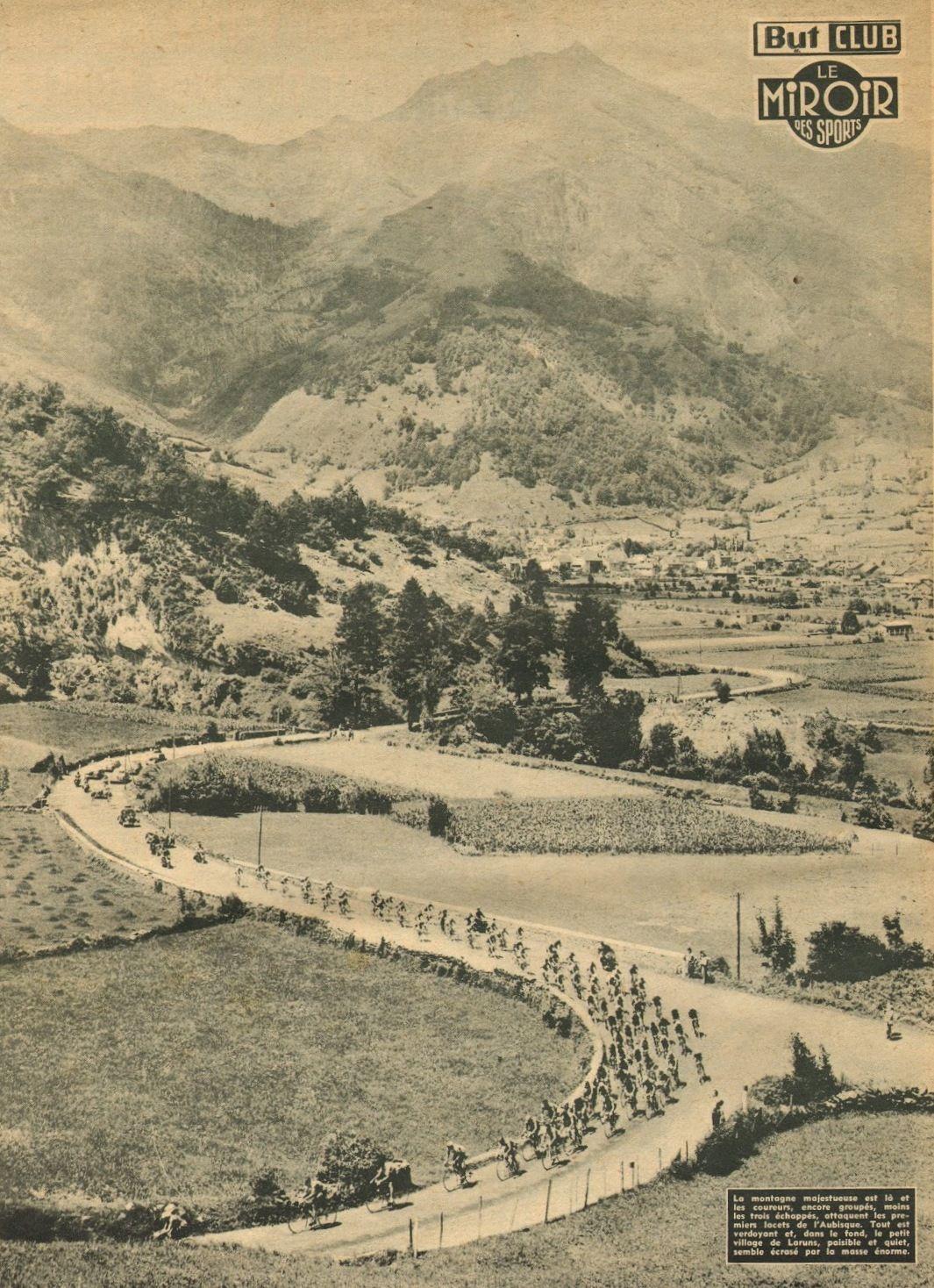 Tour de France 1953. 10^Tappa, 13 luglio. Pau > Cauterets. Col d'Aubisque. Il gruppo all'inizio della salita. Sullo sfondo il piccolo vilaggio di Laruns [Le Miroir des Sports]
