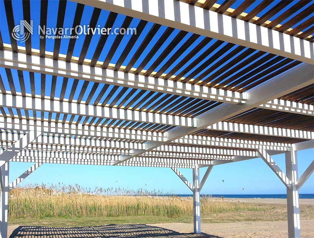 P rgola de luz filtrada construida en vigas laminadas for Autoclave tratado jardin cobertizo
