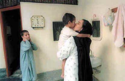 girls kissing Pakistani