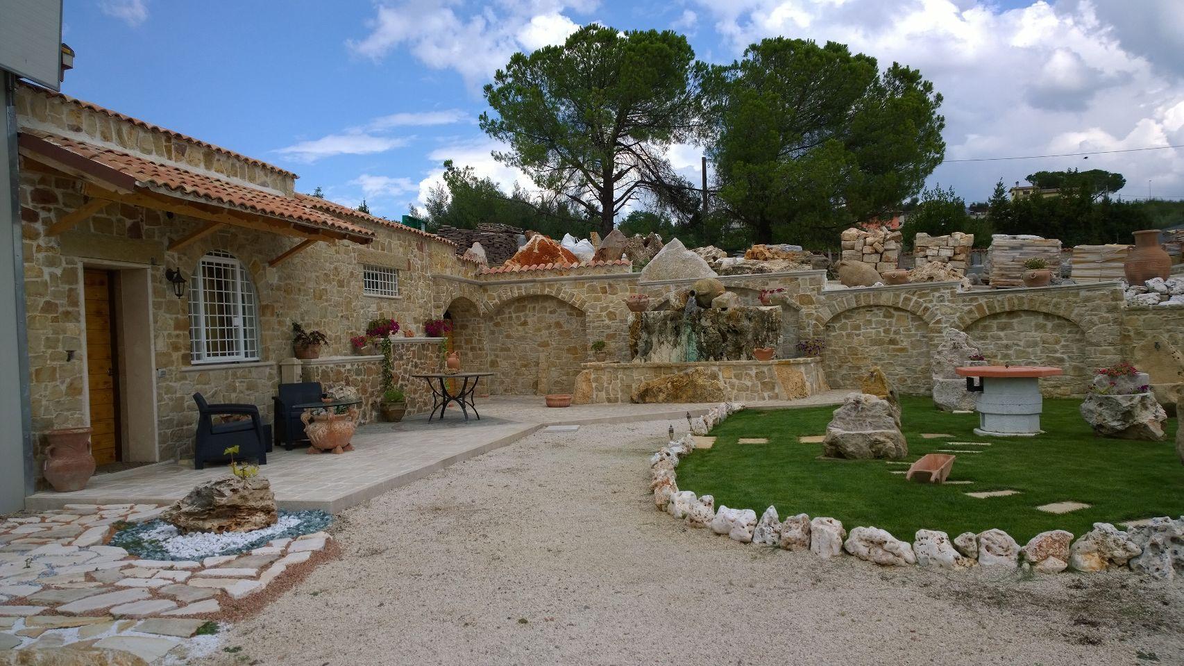 Nostra esposizione di rivestimento in pietra umbra e fontane in pietra per arredo giardino - Fontane da giardino in pietra ...