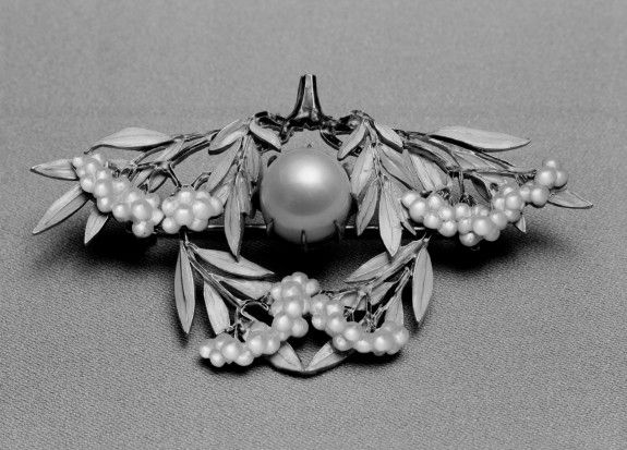 Laurel Leaves Brooch - Rene Lalique (French 1860-1945)   -   Pink Pearl, Mother-Of-Pearl, Enamel And Gold  c.1903