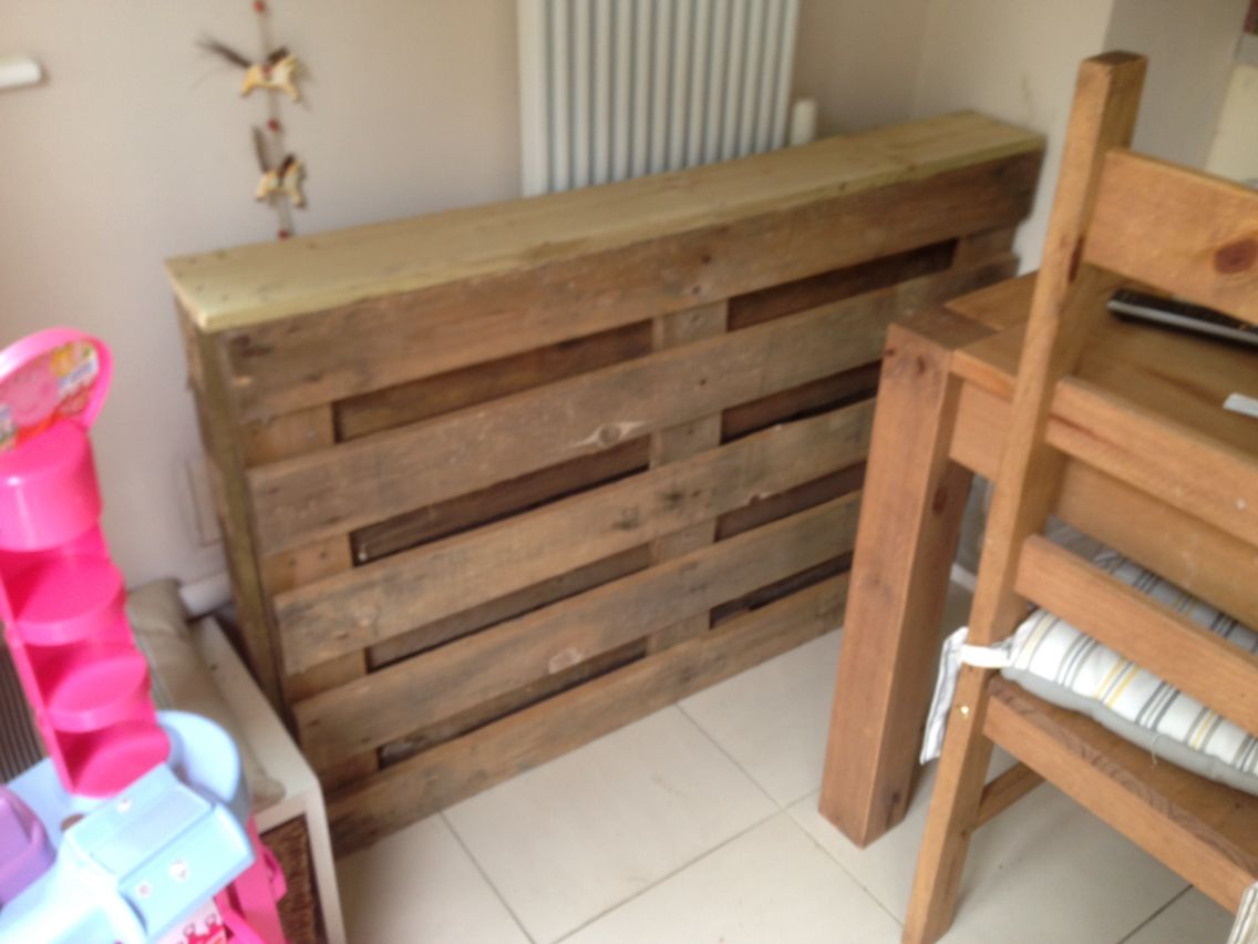 pallet cover to hide radiator pipes