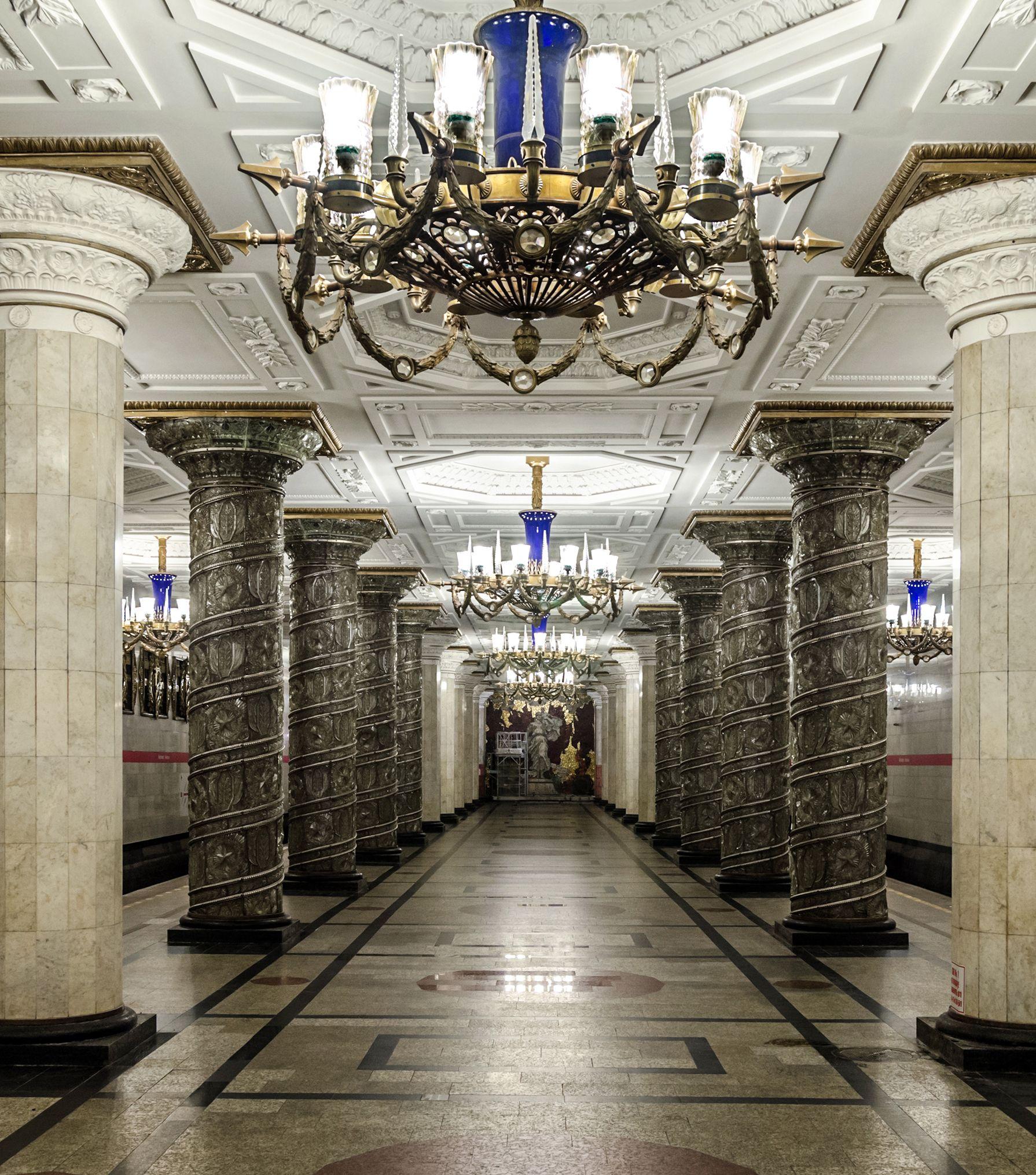 Avtovon metroasema on yksi Pietarin alkuperäisistä asemista. Se sijaitsee Leninski prospektin ja Kirovski zavodin asemien välissä kaupungin lounaisosissa. Avtovo Metro Station, St. Petersburg, Russia