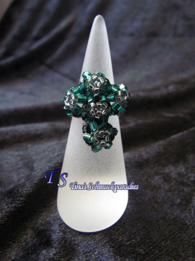 Ring mit einem Kreuz aus Swarovski Steinen mit Rocailles, als Untergrund wurden…