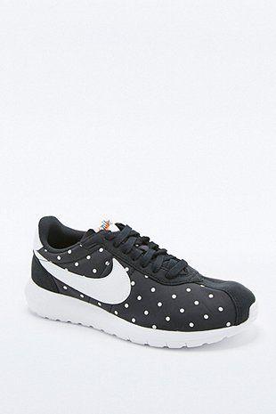 Démarquez-vous avec la collection de chaussures pour femme Urban  Outfitters. Achetez vos baskets, chaussures plates, talons, sandales, bottes  et compensés.