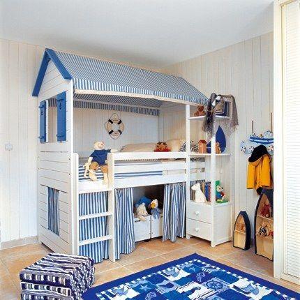 chambre pour gar on avec une cabane comportant le lit et des casiers de rangement. Black Bedroom Furniture Sets. Home Design Ideas