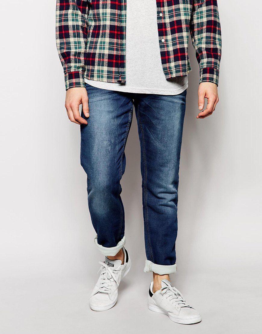 Jeans von Blend dickes Loopback-Jersey Effekt einer Jeans mit mittlerer Waschung normale Bundhöhe verdeckter Reißverschluss Karottenschnitt schmale Passform, sitzt eng am Körper Maschinenwäsche 100% Baumwolle unser Model trägt Größe 81 cm/32 Zoll und ist 185,5 cm/6 Fuß 1 Zoll groß