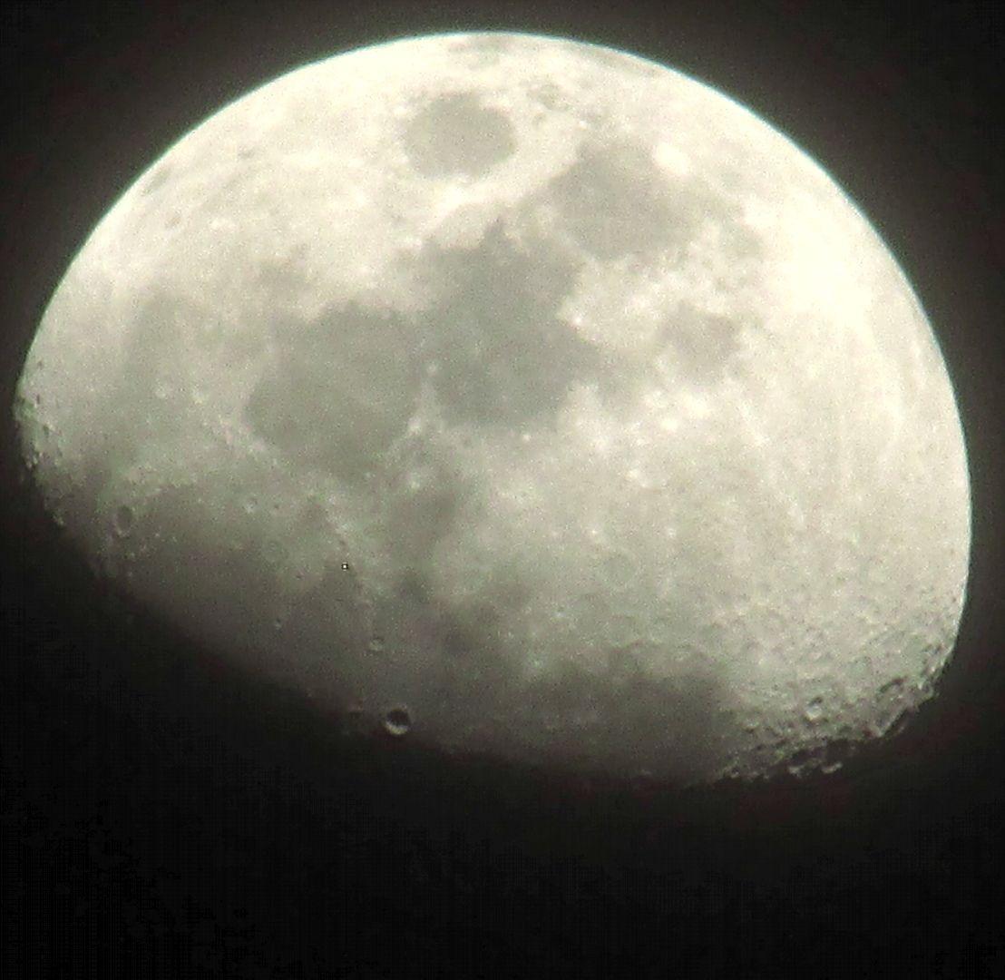 provocative-planet-pics-please.tumblr.com Una luna más. Cuarto ...