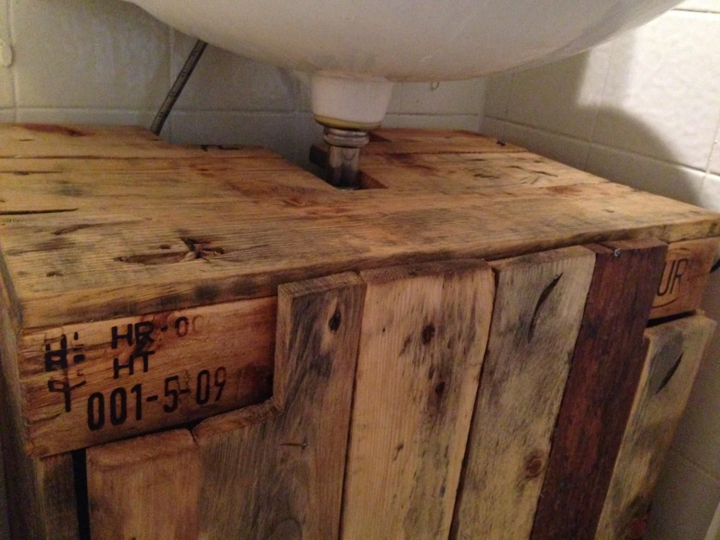 waschbeckenschrank aus palettenholz fertig detail