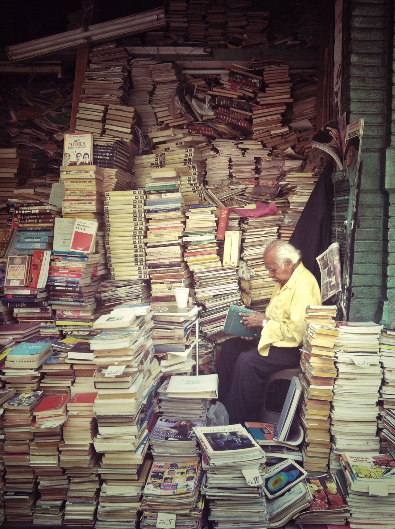 Lectura para unas vidas. Enterrado en libros. [ Reading for life. BURIED IN BOOKS.] © Eneas De Troya (Photographer, Mexico City, MEXICO) via flickr.