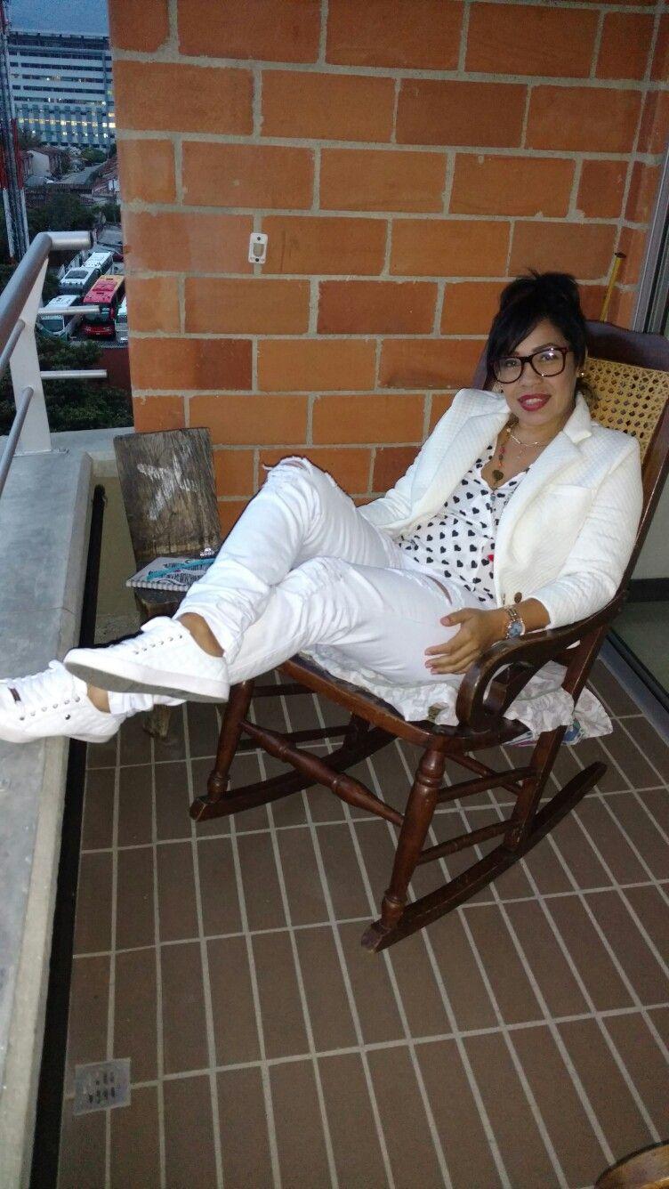 Sientete cómoda  con jean y chaqueta blancas