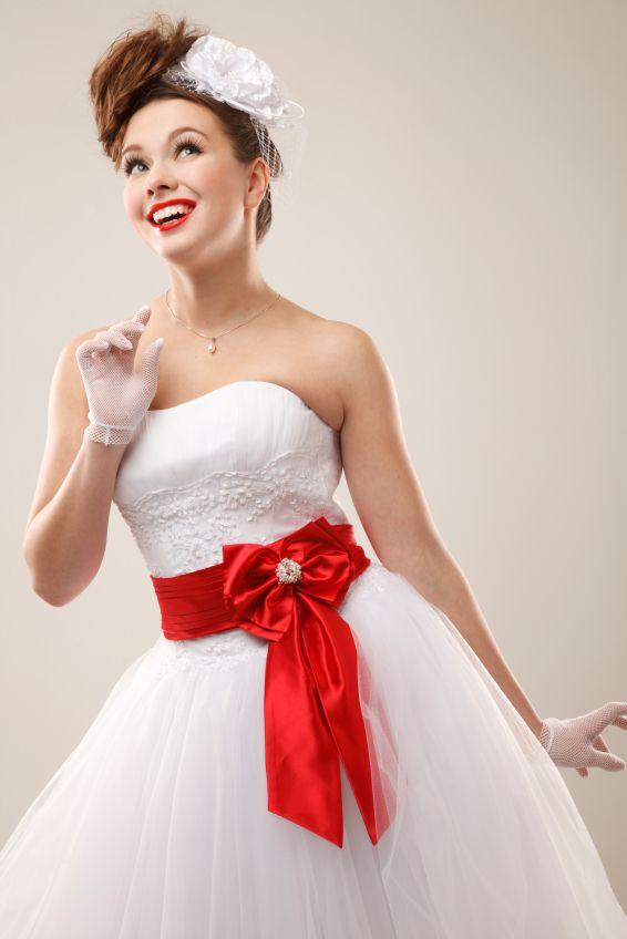56890b2f65 Todo empieza por el vestido. Foto por  www.bodas.com.mx articulos novia- estilo-pin-up--c5068