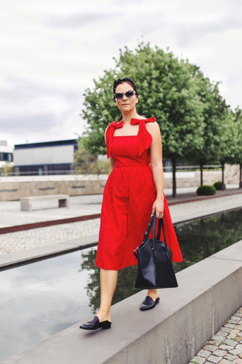 rotes kleid mit lochstickerei, matt & nat baxter tasche und