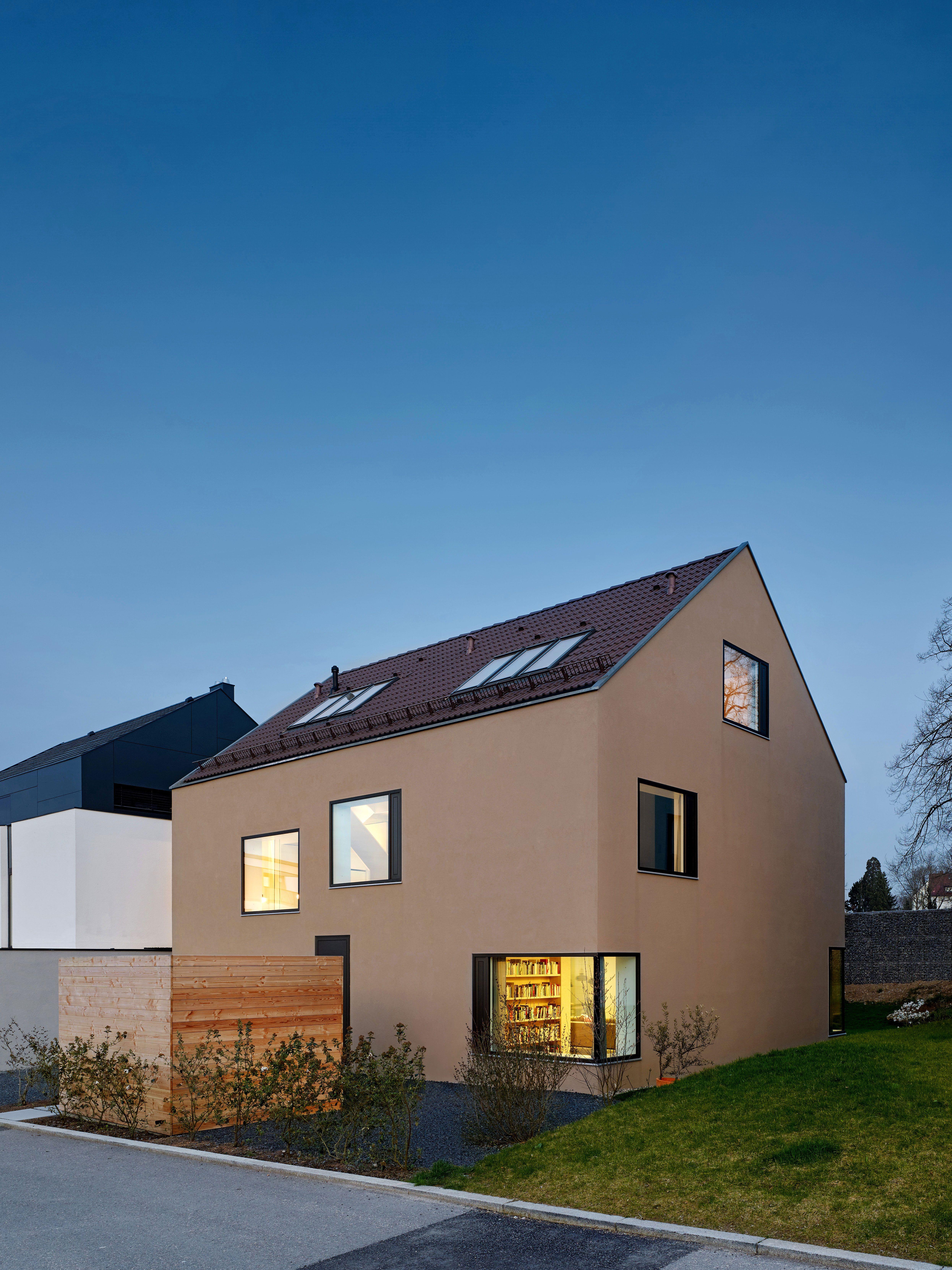Ein Haus Wie Von Kinderhand Gezeichnet Mit Satteldach Und Grossen Fenstern Was So Spielerisch Wirkt Folgt Bewusst D Fassade Haus Haus Architektur Architektur