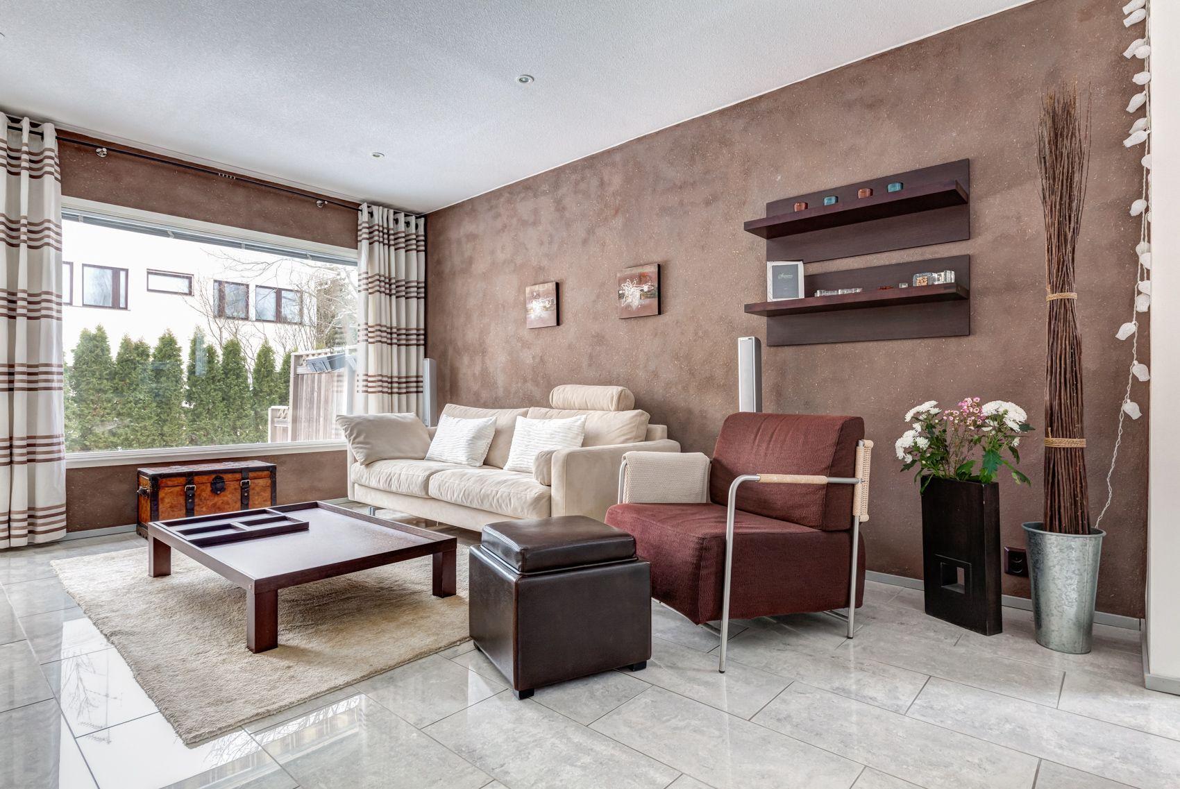 Olohuone ja keittiö yhdistyvät yhdeksi tilaksi. Lattiamateriaaliksi on valittu Laattapisteen micron niminen laatta 600 mm x 300 mm harmaan sävyinen. Laatta on tässä tilassa täyskiiltopintainen. Eteisessä ja työhuoneessa on sama laatta mattapintaisena.
