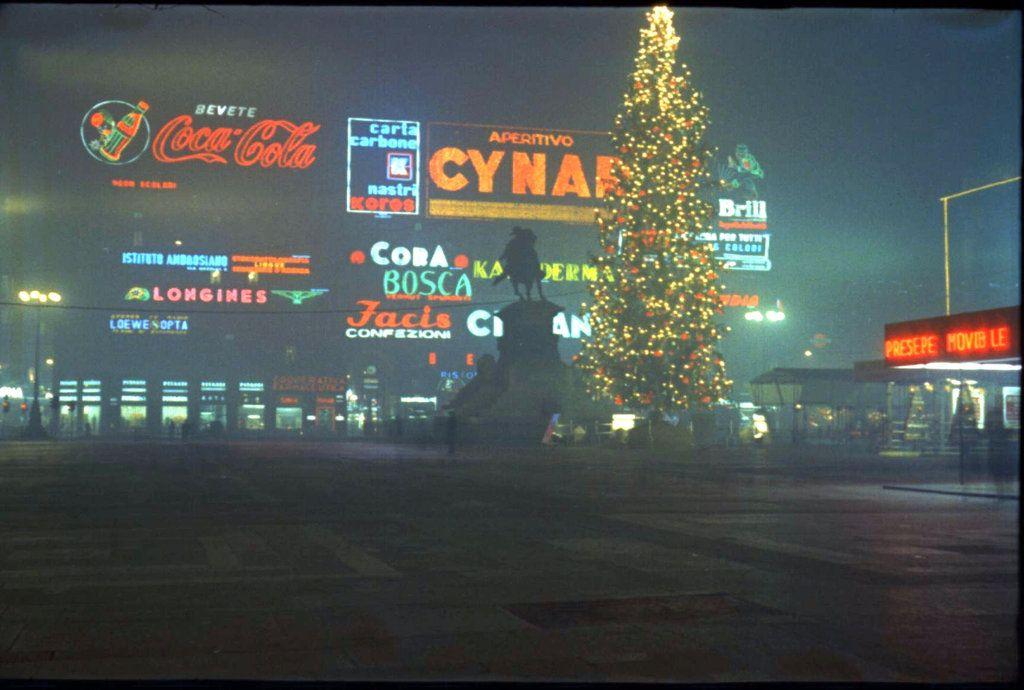 Insegne luminose in piazza duomo 1962 oh milano fa 39 di for Insegne al neon milano