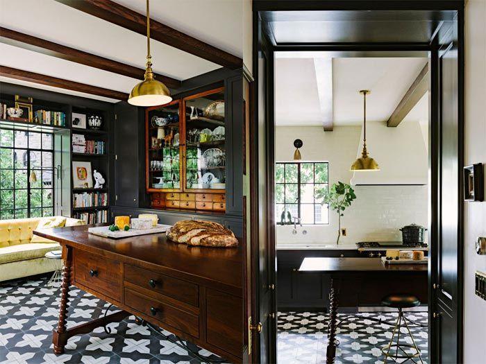 6 gran cocina negra con banco bajo ventana sofa amarillo y suelo ...