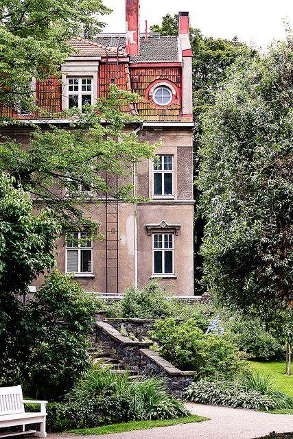 Old house in Eira, Helsinki, Finland  (by huotah, via Flickr) - Eira on pieni kaupunginosa eteläisessä Helsingissä.Eira on tunnettu huvilakaupunginosana ja varakkaiden ihmisten asuinpaikkana. Lähialueet: Punavuori, Ullanlinna.