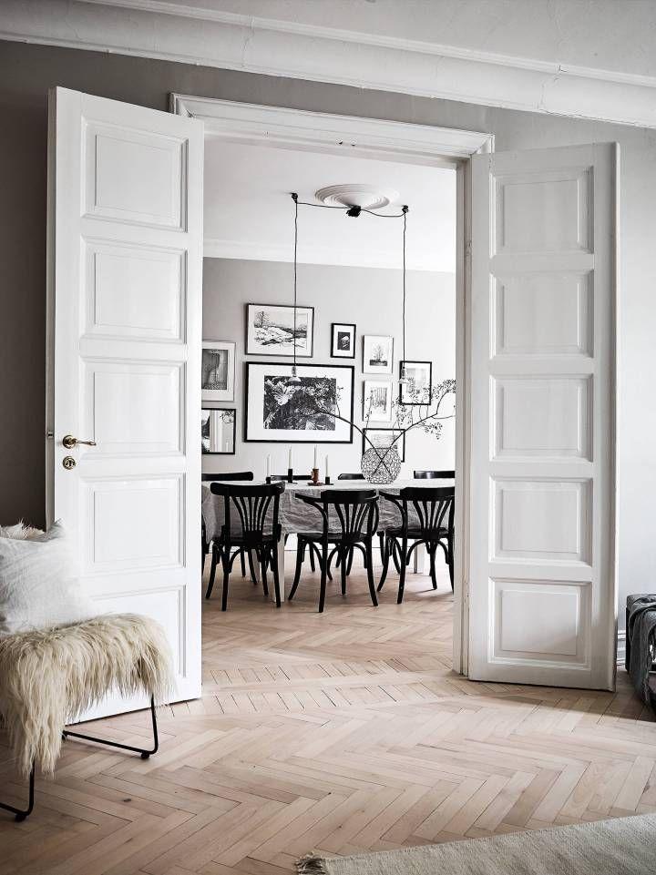 Paredes grises y carpintería blanca Dining area, Interiors and Spaces