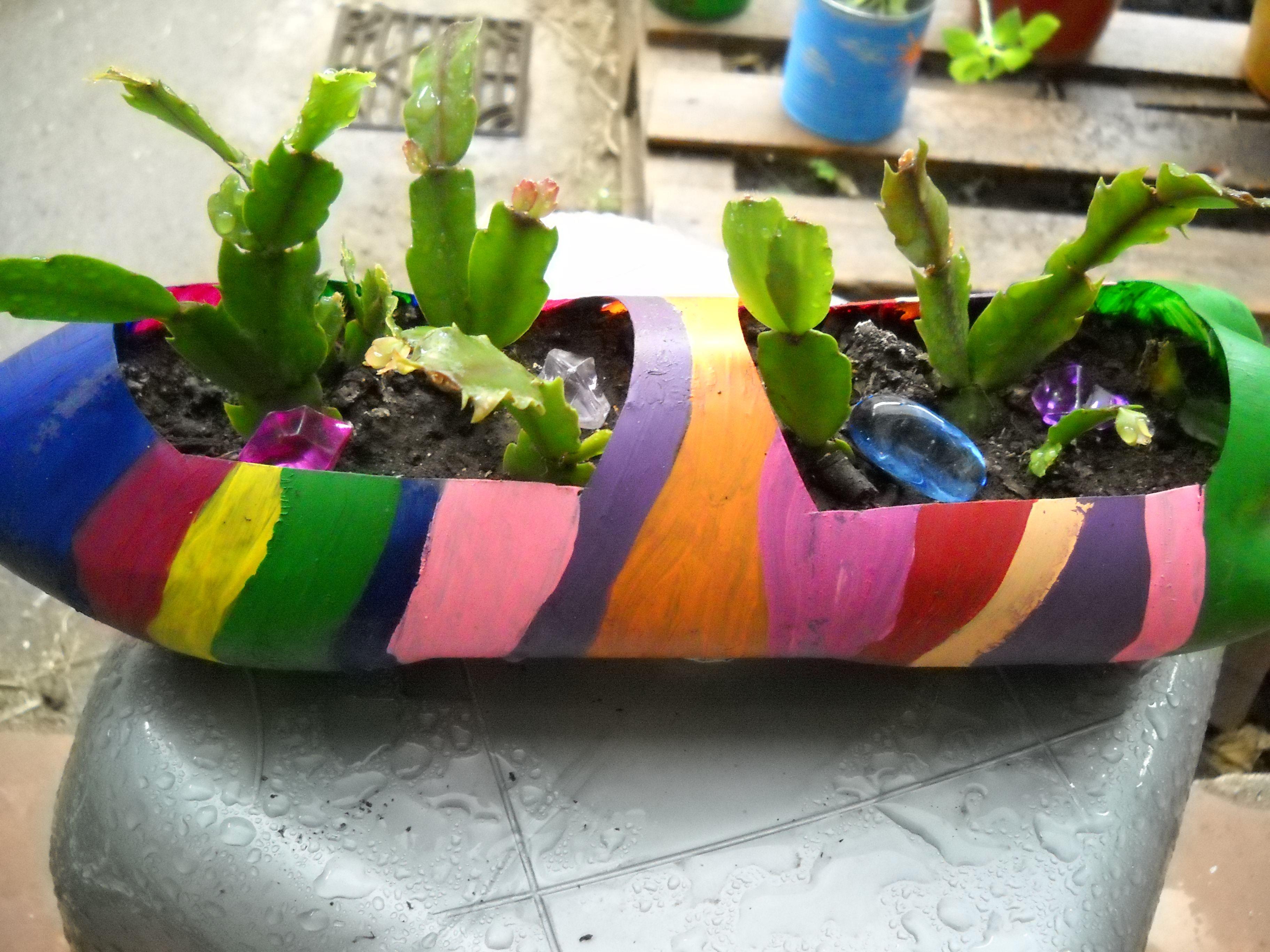 Macetas recicladas botella acostada multicolor mis for Jardines colgantes con material reciclado