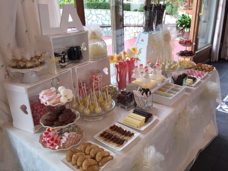 Un candy bar es una mesa para que tus invitados se sirvan las gominolas que m s les gusten es for Casa jardin buffet