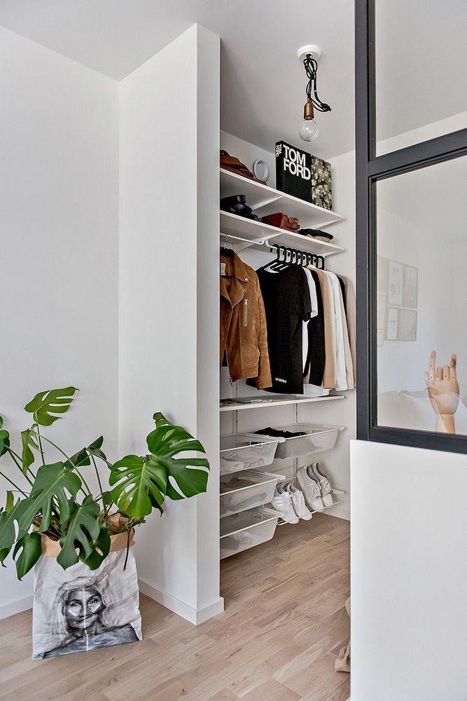 Kleine half open slaapkamer naast woonkamer - Kledingkast ...