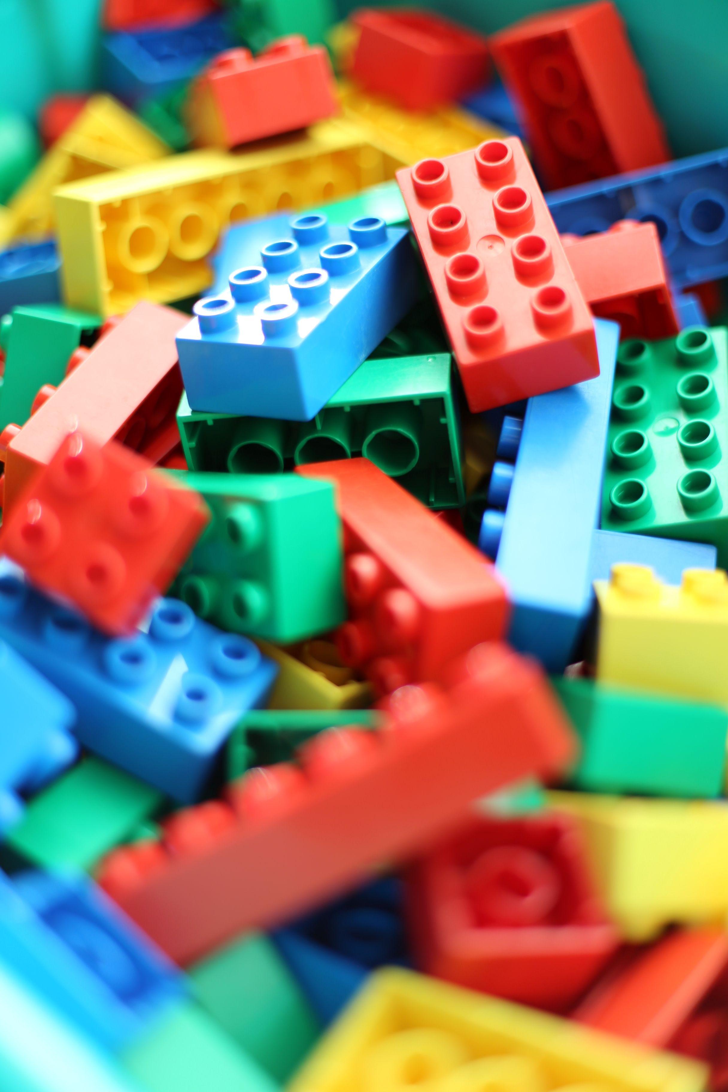 CC BY SA Bloques de distintos colores, formas... que pueden formar juntos grandes estructuras.