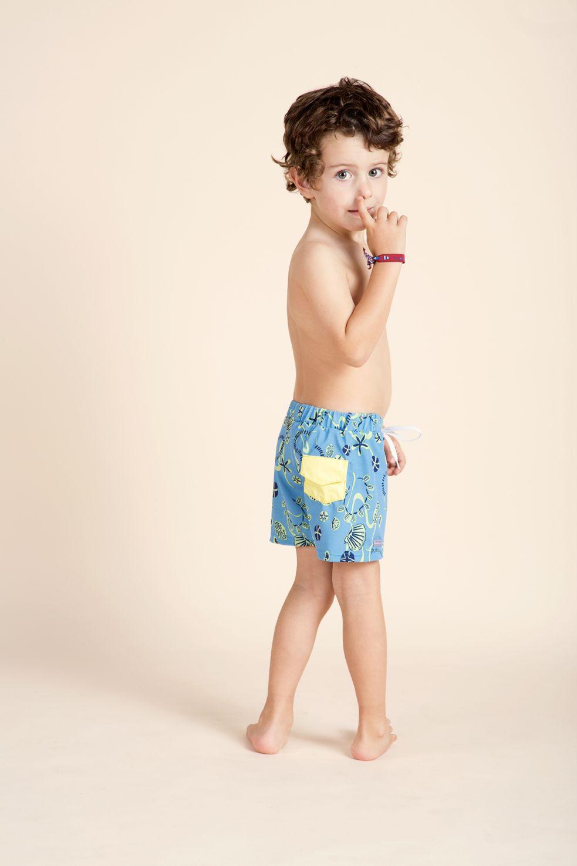 5f2ce131078e Una colección de trajes de baño para niños con un look playero y ...