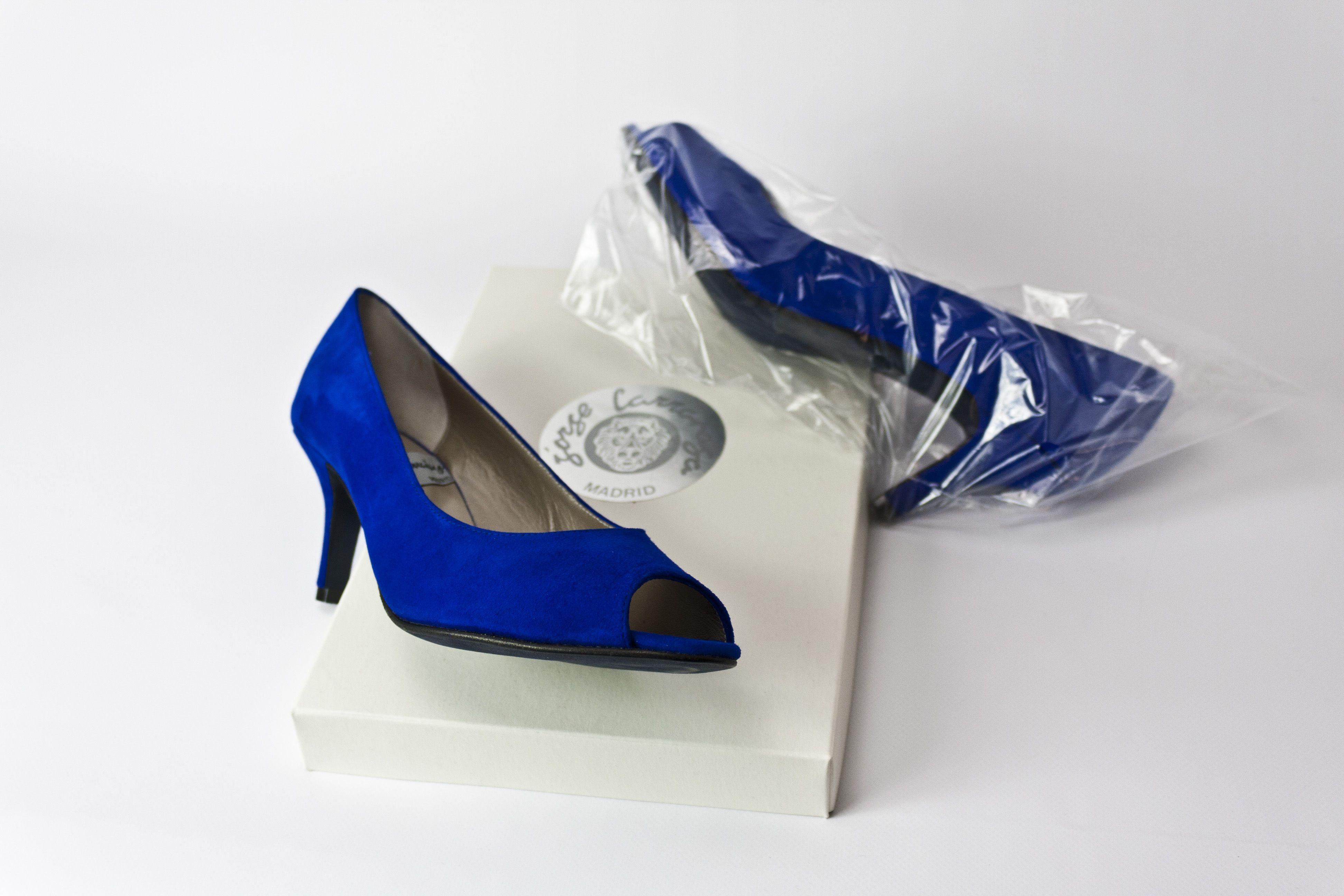 #zapatos tipo #salon #tacones medios y puntera abierta #estilo #look #ante #azul #blue #suede #shoes #handmade #fashion #madeinspain #womenshoes jorgelarranaga.com