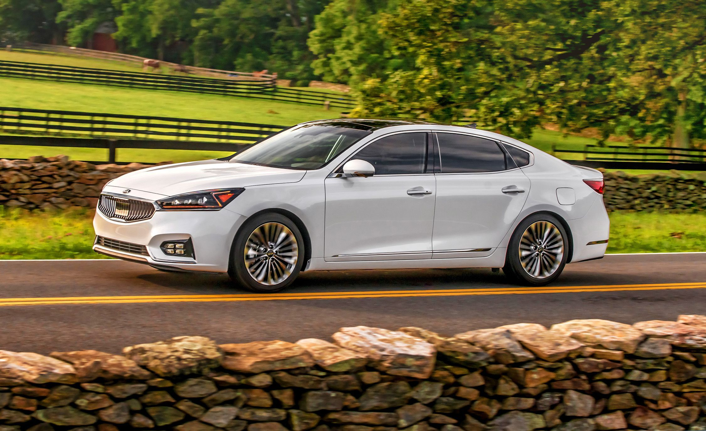 2018 Kia Cadenza Pictures Photo Gallery Car And Driver