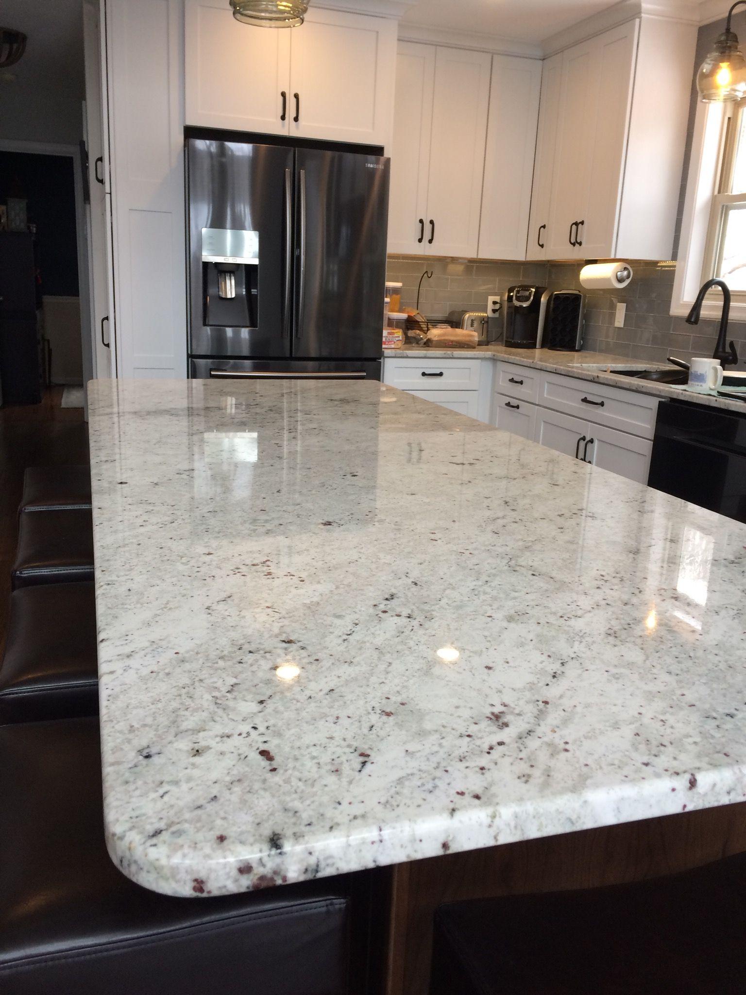 Coordinar gabinete de la cocina piso de madera de color - Colonial White Granite Island