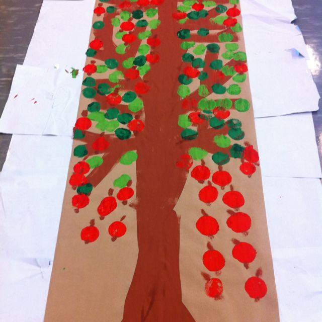 Apfelbaum gemeinschaftsarbeit mit runden kleinen schw mmen for Projekte im kindergarten herbst